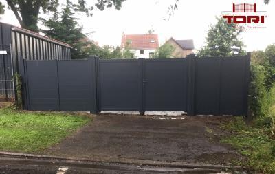 Portail aluminium coulissant et son portillon tori portails for Barriere metal jardin