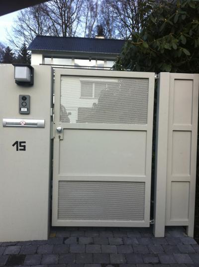 Portillon et totem boite aux lettres aluminium tori portails for Portillon acier